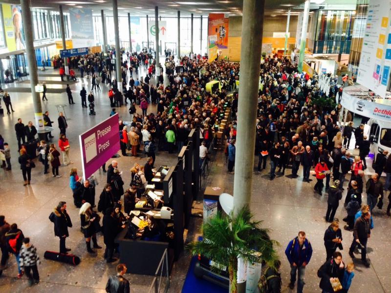 Fullt med folk i entréhallen direkt efter det att portarna slogs upp den 17:e