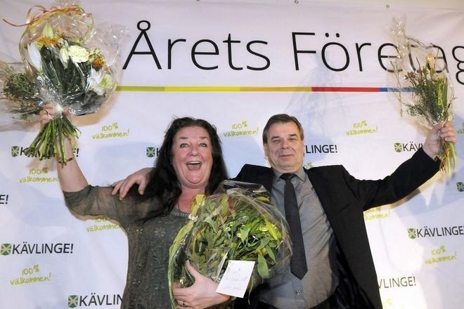 En överlycklig Siw Jacobsson med maken Bengt tar emot utmärkelsen
