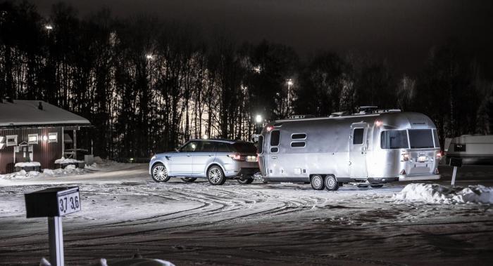 Range Rover Sport Hybrid fick bekänna färg under en husvagnssemester i Arjeplog.