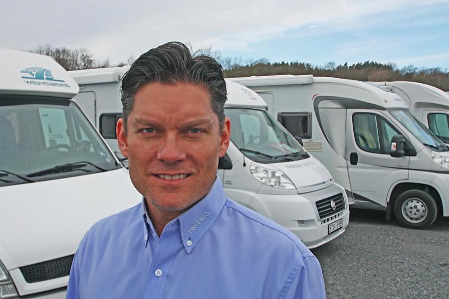Vincent Schaffler framför några av husbilarna som är till salu