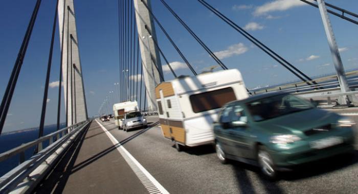 Det blir troligen högre tillåten hastighet för husvagnsekipage på danska motorvägar. Men det är omgärdat med mängder av krav!