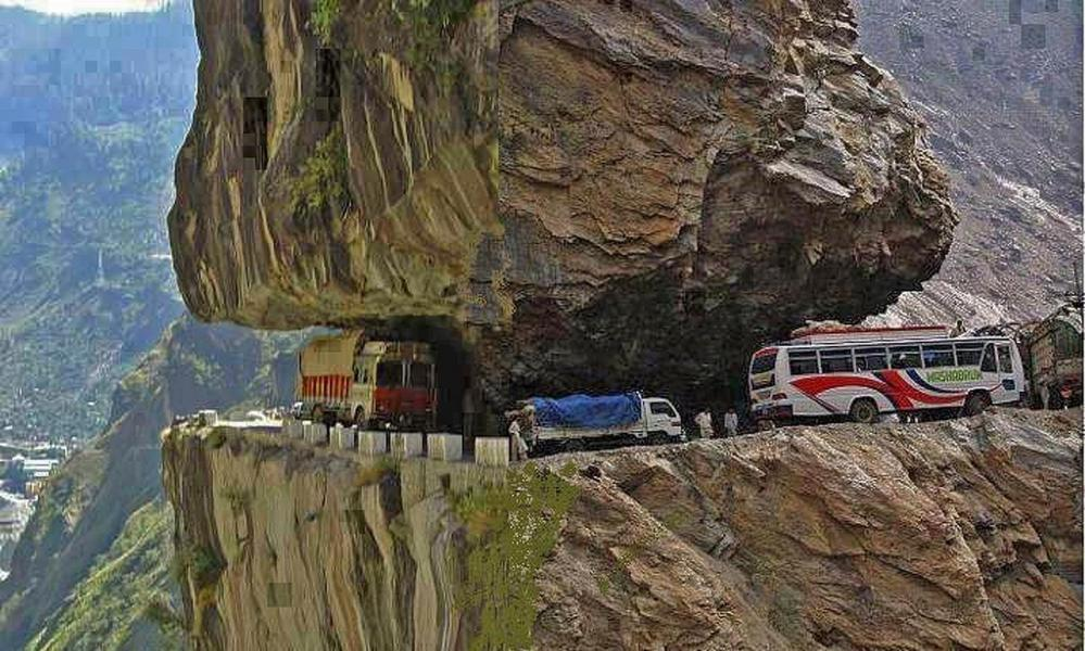 Den här vägen som lär vara Karakoram highway är vårt eget förslag på en galen väg. Tycker du den platsar?