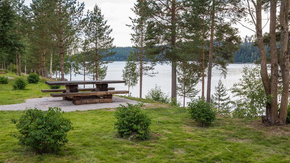 Rällsjöns rastplats ligger vackert vid vattnet