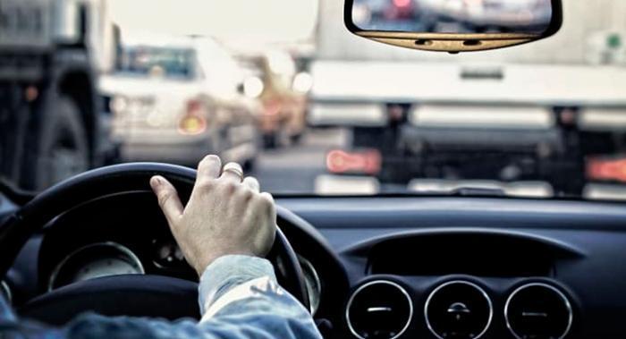 Majoriteten av de svarande i en enkät tycker att synen ska testas om när körkortet förnyas.