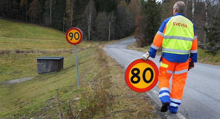 Omskyltning från 90 till 80 pågår just nu i Sverige.