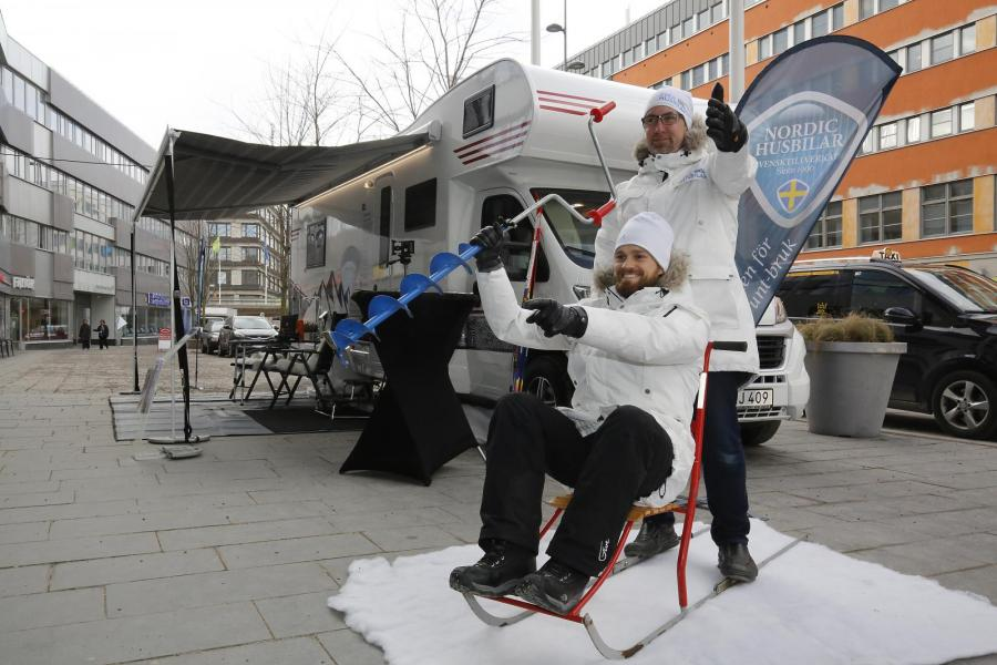 Redan utanför entrédörrarna till mässan möttes besökarna av en vinterbonad husbil från Nodic där John och Tobias från Svea Husbilar spexade till det med vinterutrustning.