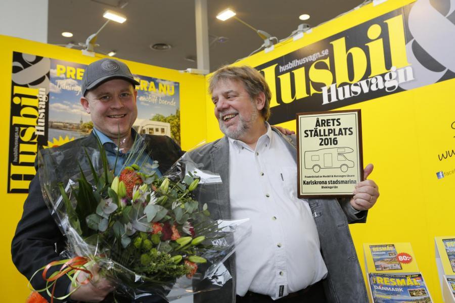Klas Hjärtstam poserar tillsammans med vår chefredaktör Mikael Galvér i vår monter på mässan Caravan Stockholm