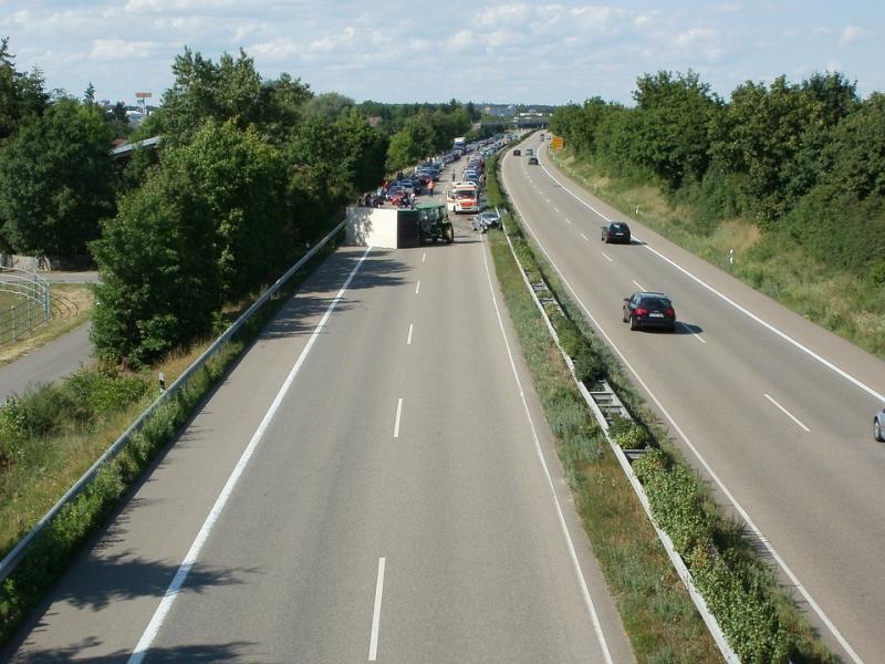 Föredömligt agerande av tyska bilister. Genom att bilda en fri fil i mitten underlättas räddningstjänstens möjlighet att komma snabbt till olycksplatsen.