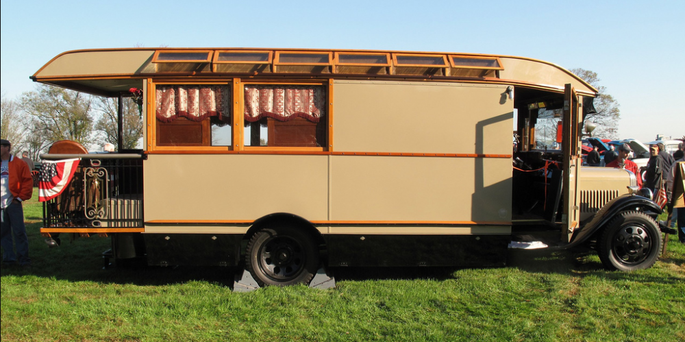 Vårsol, terrass och husbil