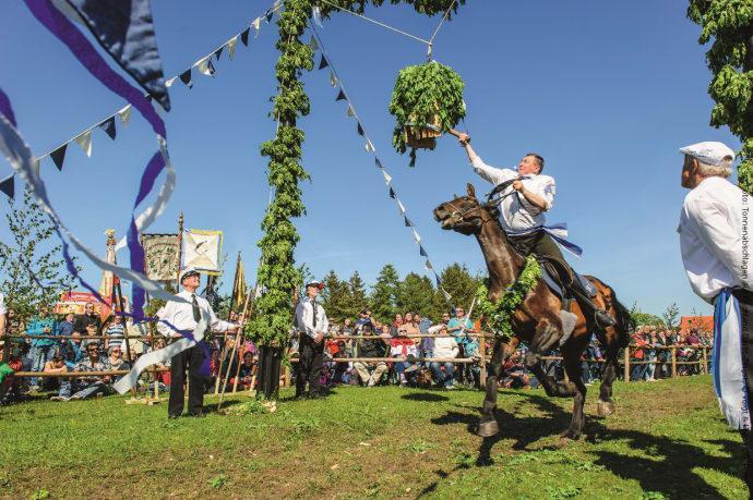 Tonnenabschlagen, bokstavligen ungefär tunnslagning, är en av de viktigaste och äldsta traditionerna i regionen Fischland-Darß-Zingst, och varje år uppförs en stor fest för gäster och lokalbefolkningen.