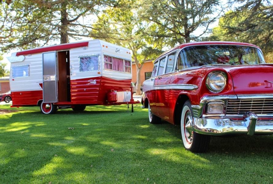 En härligt röd husvagn