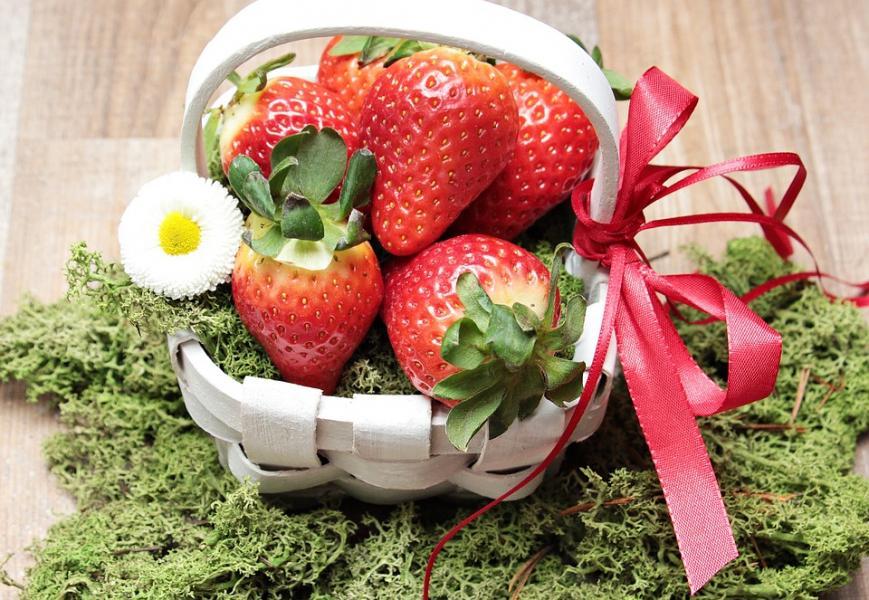 Första svenska jordgubbarna skördade