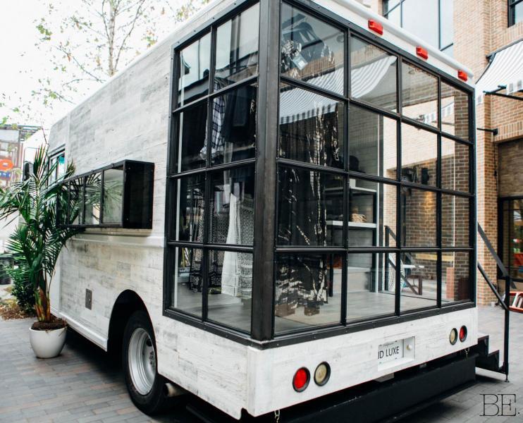 Butiksinredd husbil med fönster i parti
