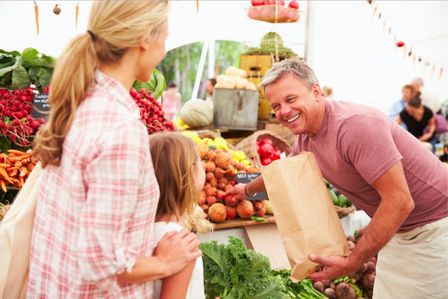 Under fredag 11 augusti blir det Gårdsbutikens dag med skördemarknad där ett antal lokala gårdsbutiker kommer att sälja säsongens varor, som grönsaker, kött, fläskburgare, barkbröd, svamp, ost, bröd, sylt, saft och marmelad, men också killingskinn och andra skinnprodukter. Gårdsbutikerna hittar du utanför mässhall 1 under hela fredagen.