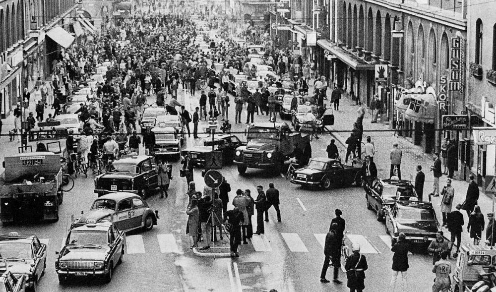 Kungsgatan i Stockholm vid övergången från vänster- till högertrafik, 3 september 1967, kl. 4:50 på morgonen.
