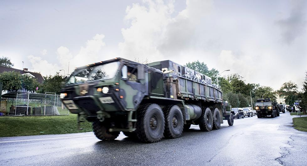 Aurora 17 är den största försvarsövningen i Sverige på 20 år. Förutom att militären övar i luften och till sjöss kommer de även nyttja vägar för transport.