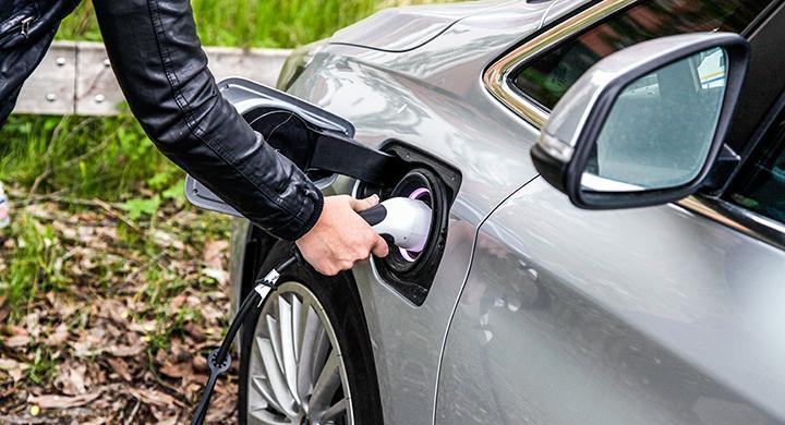 Elbilar kan få samma skatt som bensindrivna