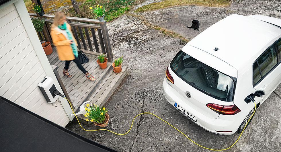 Volkswagen har sedan början av juli i år haft en kampanj där man bjuder på laddbox och installationen av den till alla som köper ny elbil eller laddhybrid. Från och med 1 februari 2018 har regeringen beslutat att hjälpa de som vill skaffa laddmöjligheter hemma.