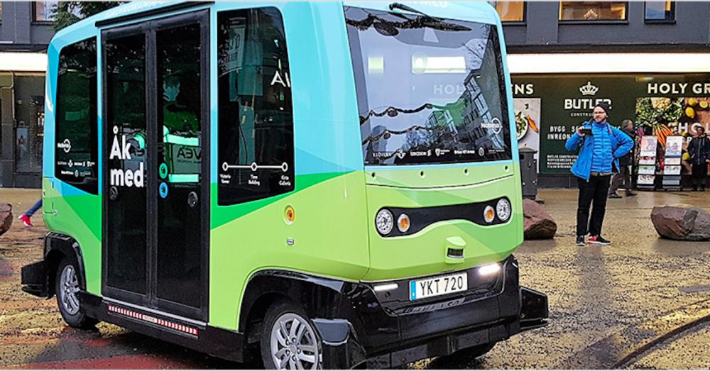 Självkörande buss utanför mässan