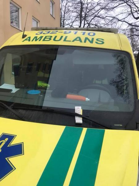 Ambulans under utryckning fick p-bot