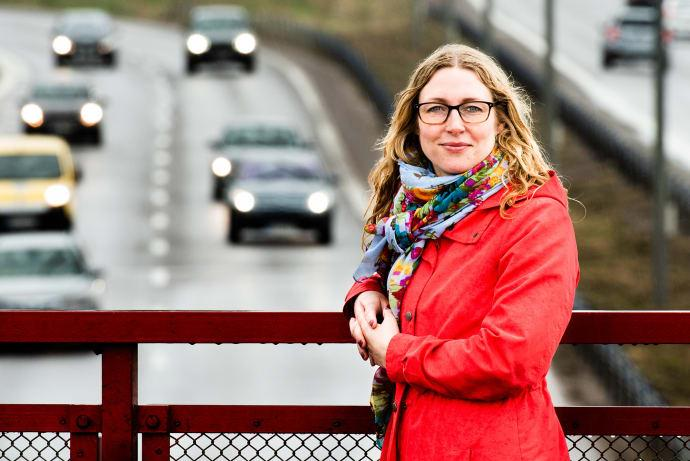 Ellen Grumert framför en närmast köfri väg