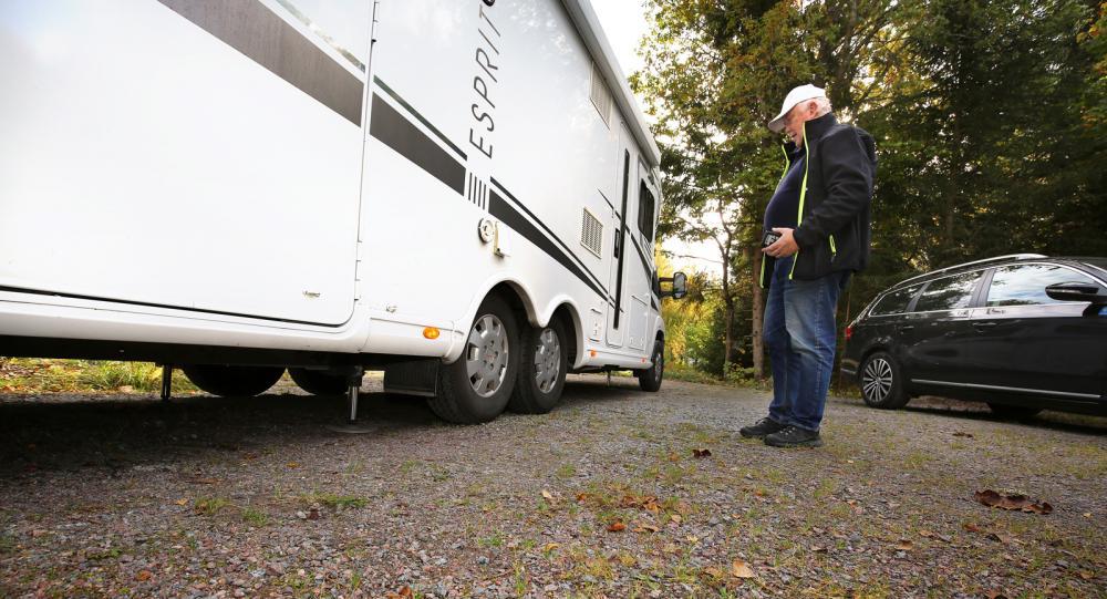 Claus Widell inspekterar nöjt hur husbilen ställs i våg.