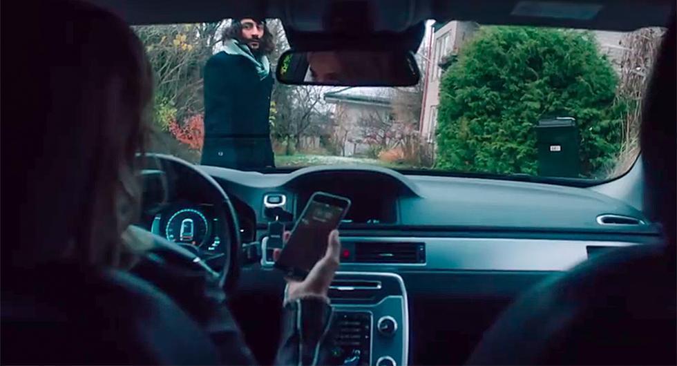 Fyra av hundra använder mobilen när de kör bil