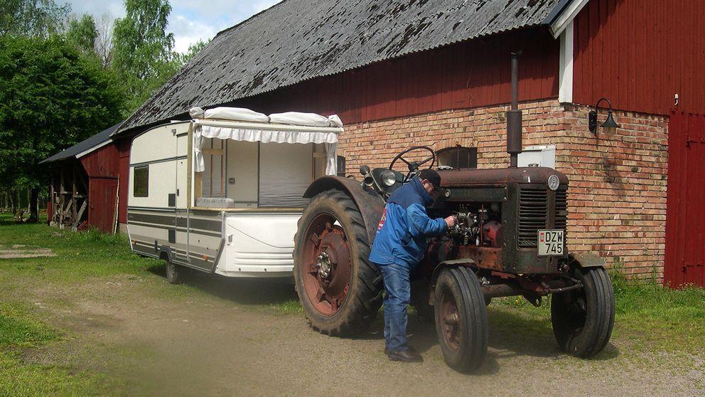 Han har gjort det med traktor och husvagn