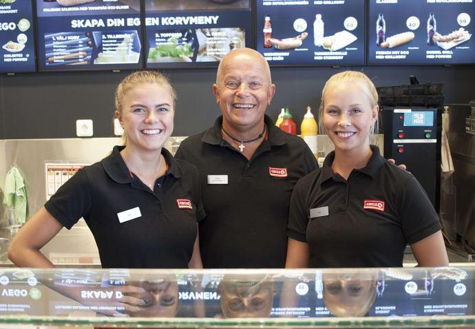 Johan Modig, Circle K Kristineholm i Alingsås, med personal som idag utsetts till Årets station.