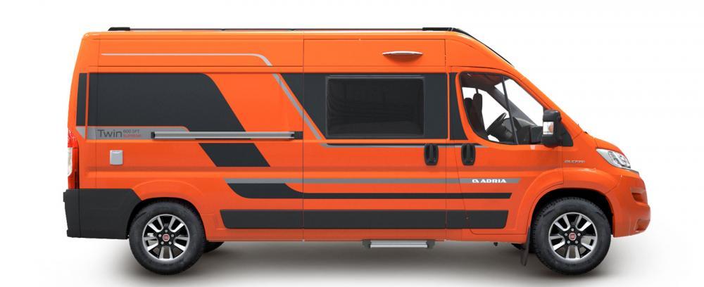 Adria breddar urvalet av plåtisar genom attt erbjuda tre olika utrustningsnivåer, här en orange Supreme.
