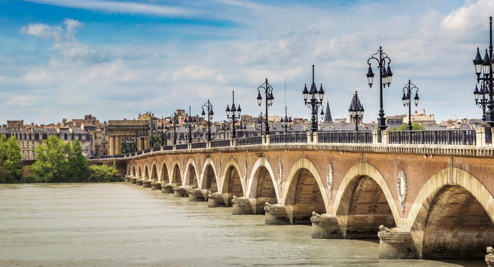Floden Garonne delar Bordeaux i två delar.