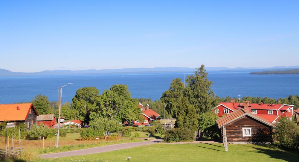 Vy över Siljan från anrika Tällbergsgården. Härifrån är det nära till både Leksand och Rättvik.