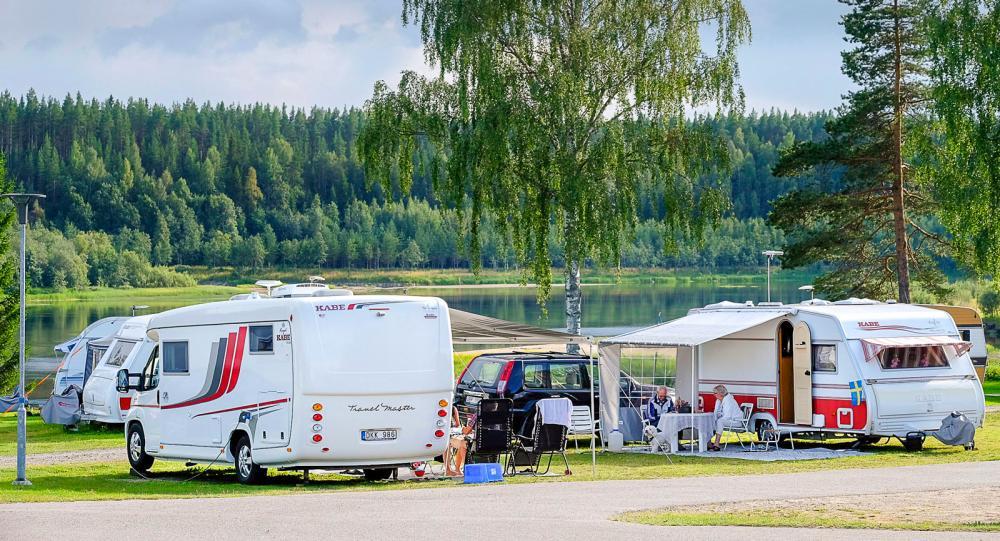 Husbilar och husvagnar samsas om den fantastiska utsikten.