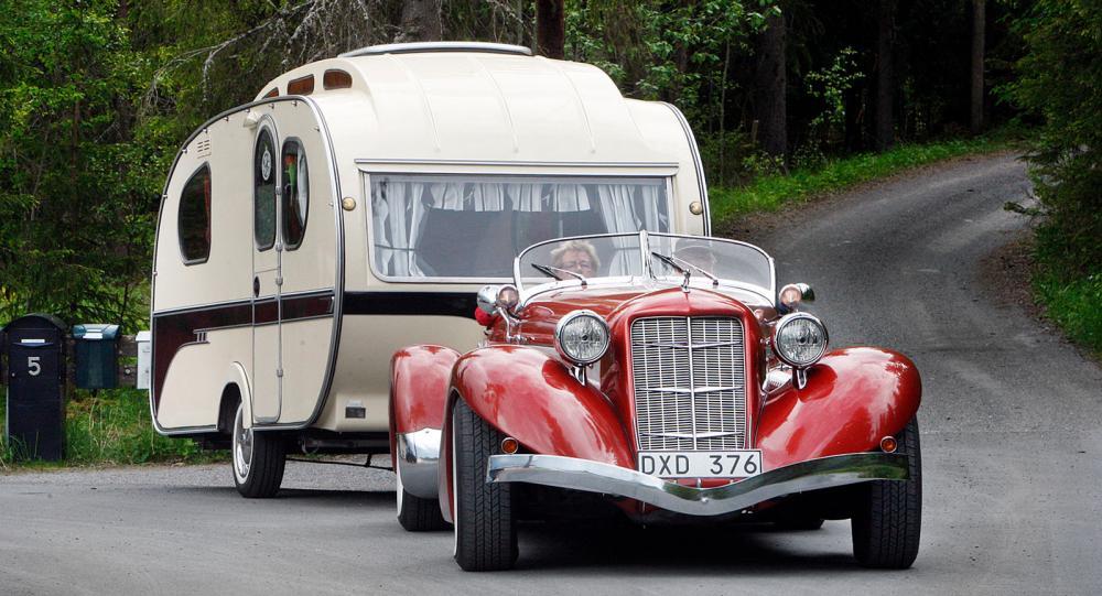 Så här fin blev husvagnen efter Sivs och Leifs renovering. Modellen heter Yvonne Mostard och årsmodellen är 1966. Vagnen är tillverkad i Holland och är mycket sällsynt.