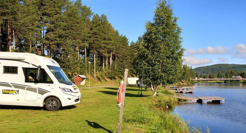 Campingen vid Granö Beckasin har i huvudsak bara strandtomter vilket tilltalar både fiskare och badare.