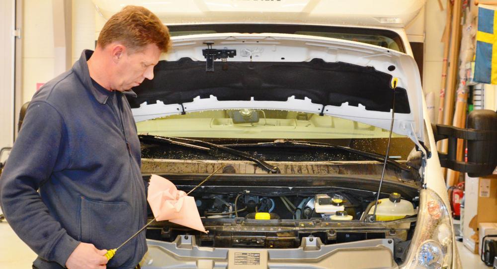 Kolla både nivån och färgen på motoroljan då det kan avslöja en del om motorns skick.