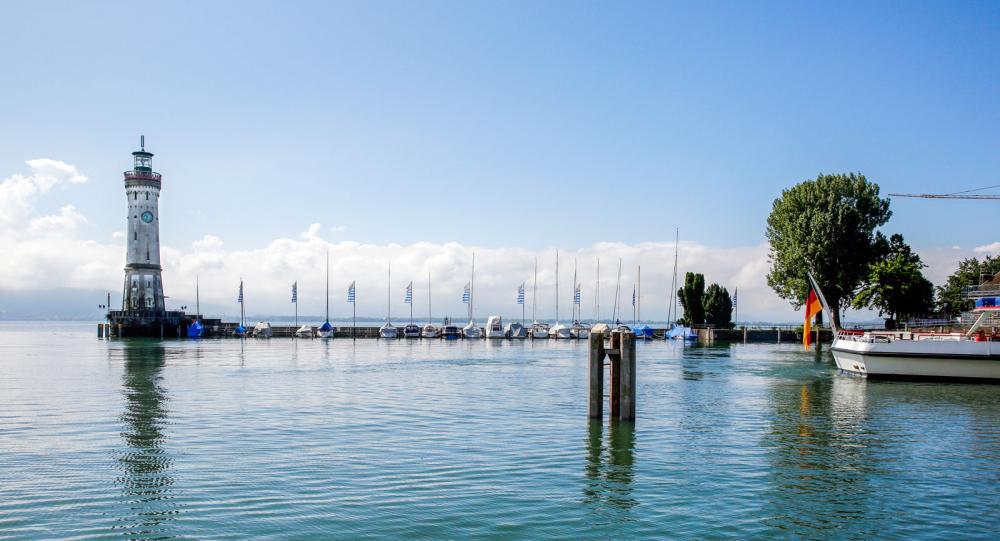 Hamnen i Lindau. Längst ut står den nya fyren, 33 meter hög.