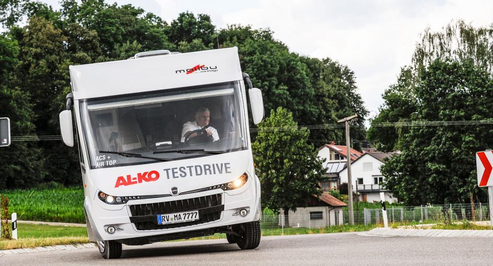 Husbilsjournalister från hela Europa fick testa sex fordon med olika utrustning på tyska landsvägar. De finaste bilderna togs förstås vid rondellen där en och annan förare svängde precis så långsamt eller snabbt som de bara vågade.
