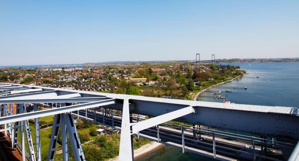 Utsikten högst uppe på bron är vacker. Längre bort skymtar den nya bron över Lilla Bält.