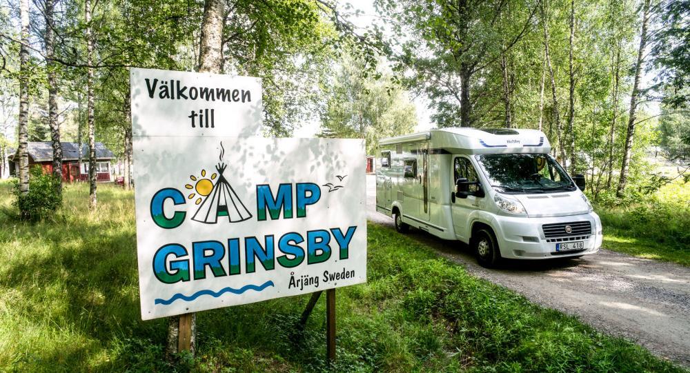 Campingens hundra platser är nästan fullbokade. Vi har tur som får en ruta på sluttningen ovanför badplatsen.