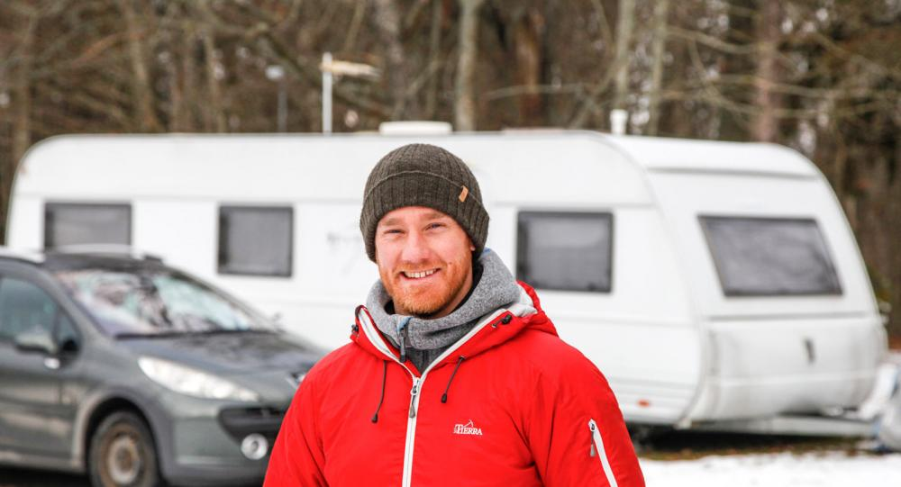 Stolt och glad husvagnsägare. När bostadskön var för lång tog Joacim Tollin saken i egna händer och köpte ett mobilt hem.