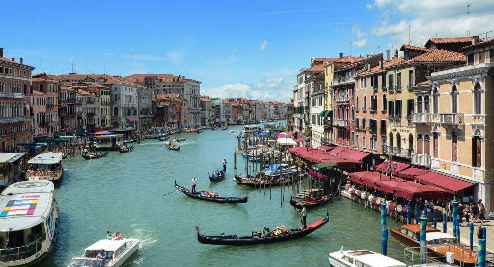 """Venedig är precis så vackert som man kan föreställa sig. Allt från små trånga kanaler till denna bredare """"flerfiliga väg""""."""