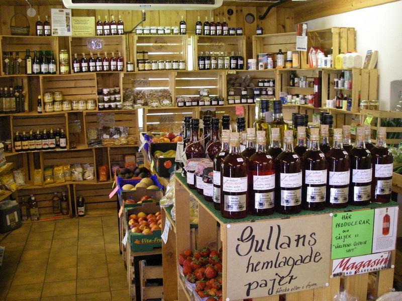 På Ekhems gårdsbutik kan man köpa gårdens egenodlade färskpotatis; både den gamla, goda Ulster och delikatessen, Amandine. Här finns också lokalodlade grönsaker, bär och frukt och ekologiska ägg från granngården. Och så hemlagad saft, sylt, marmelad, geléer och smarriga bärpajer, kallpressad rapsolja, svensk honung, kosttillskott  och mycket, mycket mera.