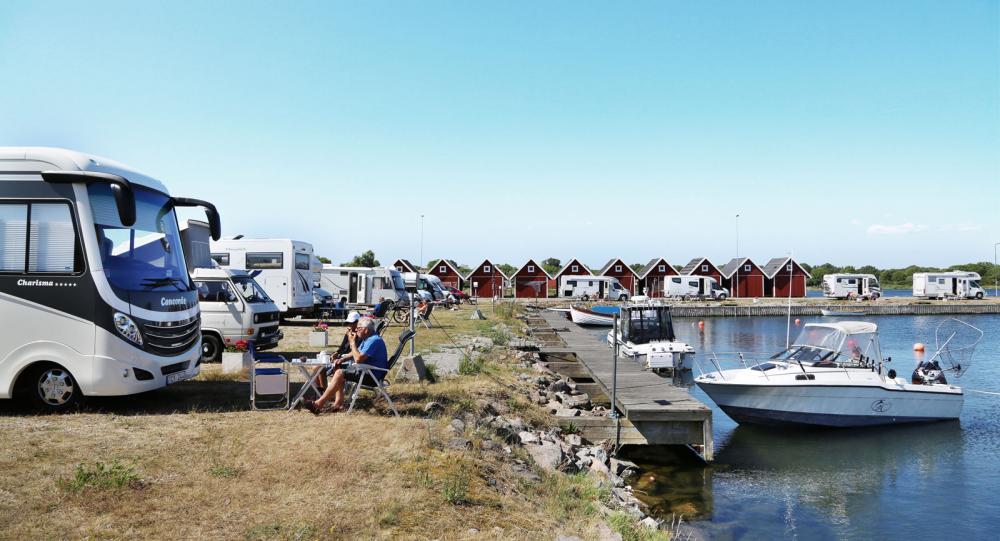 Utsikt. Alla platser har utsikt mot småbåtsbryggorna.