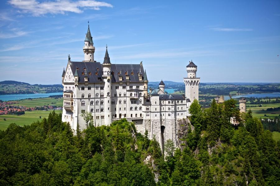 Neuschwanstein är som ett sagoslott beläget i sydvästra Tyskland. Här är det dessutom nära till flera intressanta platser som Moseldalen.