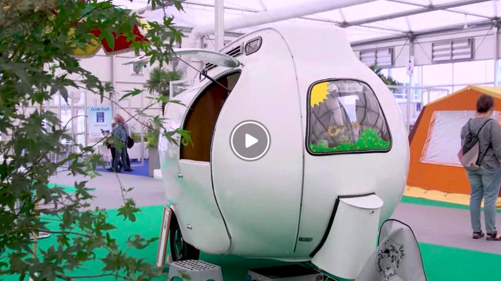 Filmen där denna udda husvagn flimrar förbi är Caravan Salons reklam inför årets mässa. Den hittar du via Düsseldorfs hemsida!