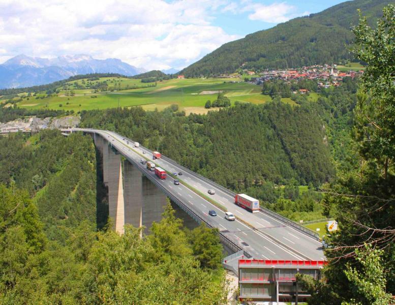 Tyrolen förbjuder trafik till Italien på annat än motorväg