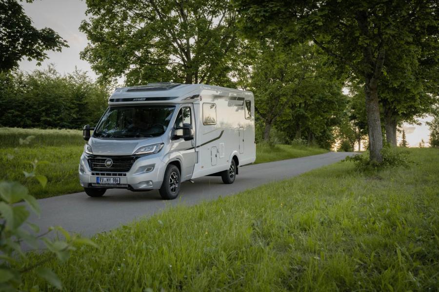 Hymer Exsis 580 kommer både som halv- och helintegrerad husbil.
