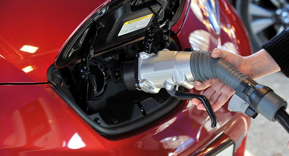 Om många går över till elbilar förlorar staten skatteintänkter från fossila bränslen. En så kallad kilometerskatt kan användas för att kompensera för bortfallet.