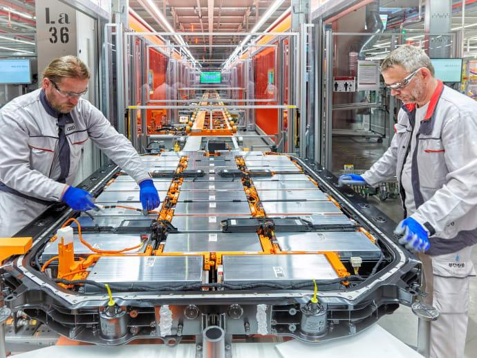 Tillverkning av batteri till elbilen Audi e-tron i en fabrik i Bryssel som sägs vara närapå klimatneutral.